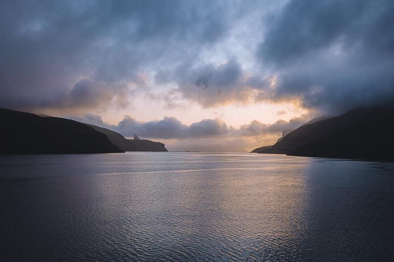 Sonnenuntergang auf der Insel Vágar Färöer Inseln