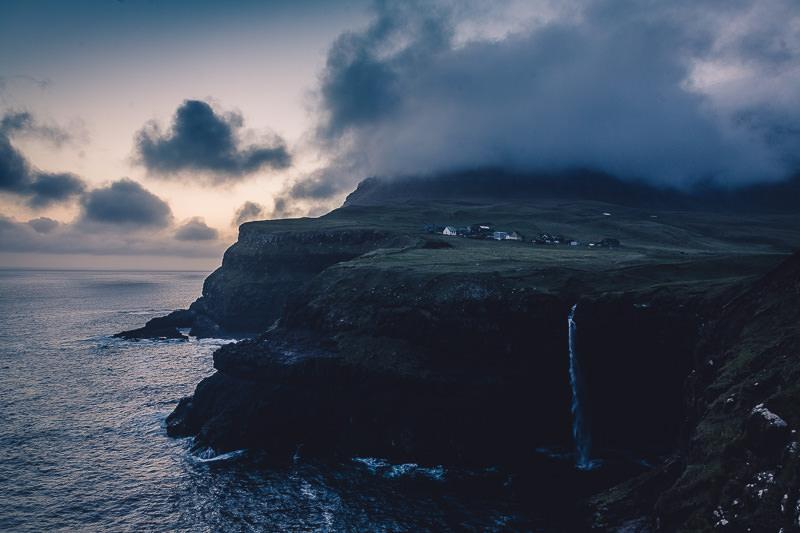 Das Dorf Gasádalur und der Wasserfall Mulafossur , Färöer Inseln, Vágar, Fotospots auf den Färöer Inseln